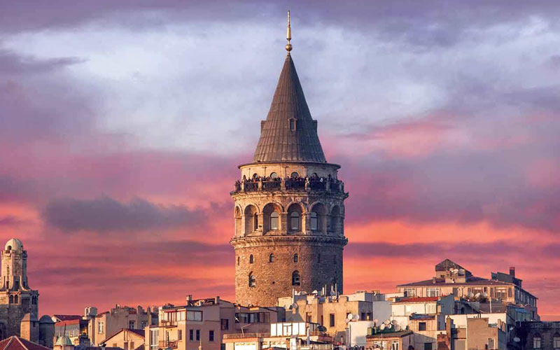 Galata Kulesinin uzaktan binaların arkasından görünüşü