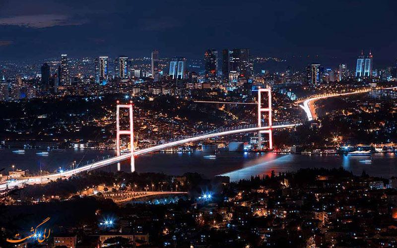 Çamlıca tepesinden akşam saatlerinde ışıkları yanan Boğaz Köprüsüne bakış